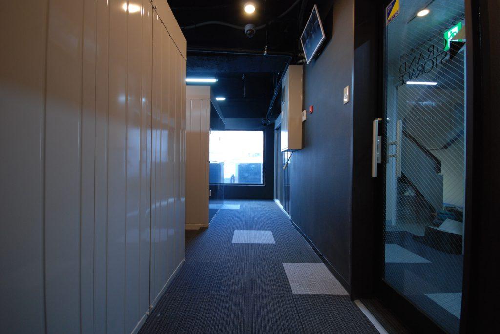 新橋虎ノ門のトランクルーム|グランストレージ新橋・虎ノ門 広い廊下
